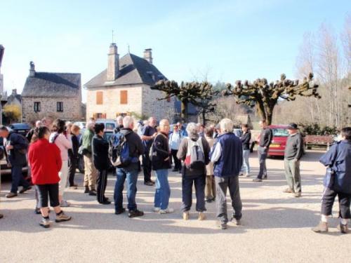 rassemblement sur la place du village