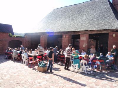l`heure du pique-nique au soleil près de la halle