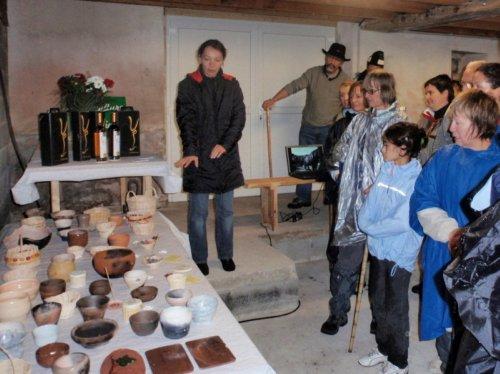 Pascale fabrique des bijoux et des petits objets en poterie et vannerie
