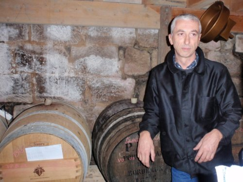 Jean est viticulteur en bio (vin paillé et vin rouge)